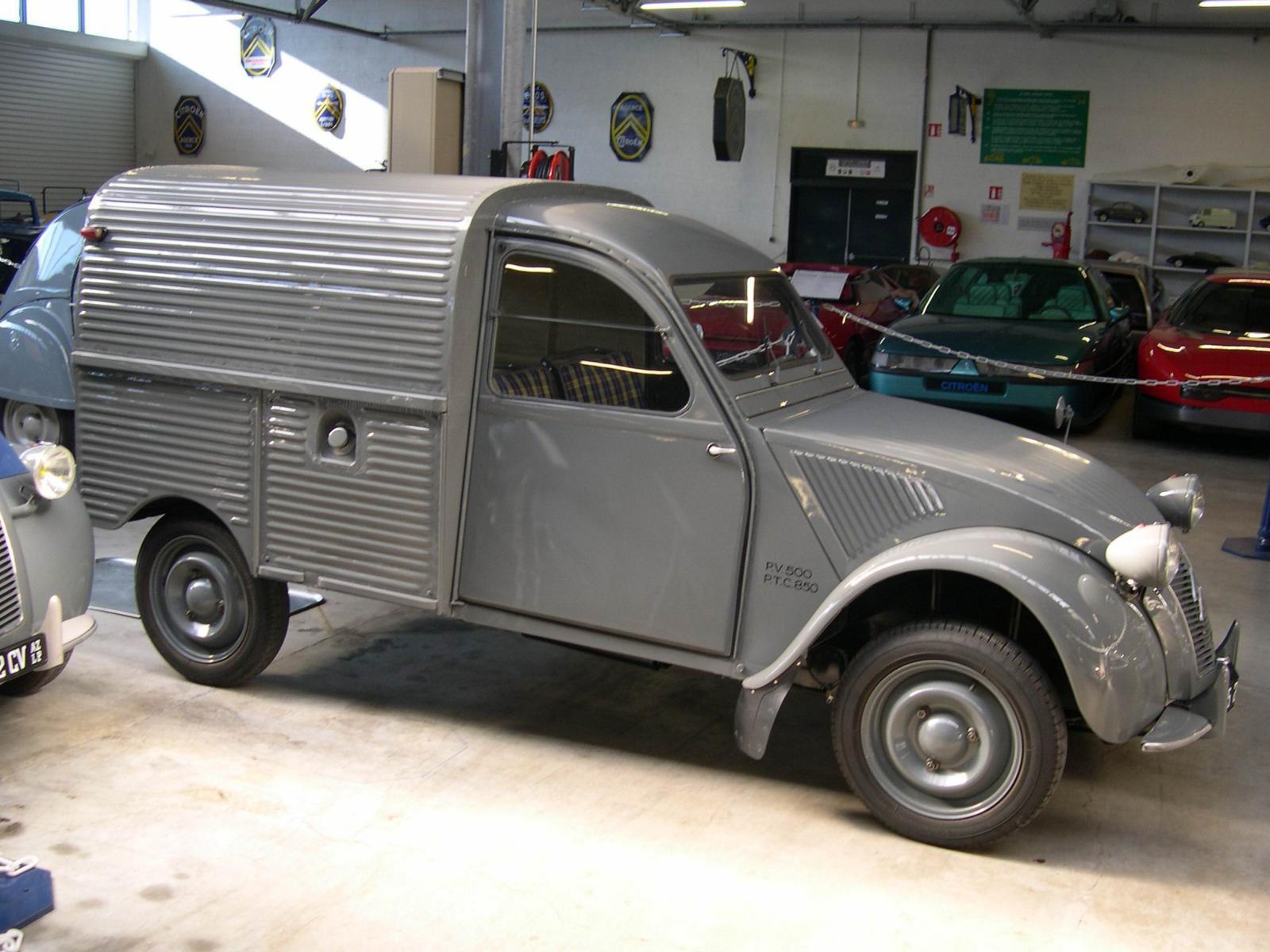 2CV AZU 1955 du conservatoire Citroën