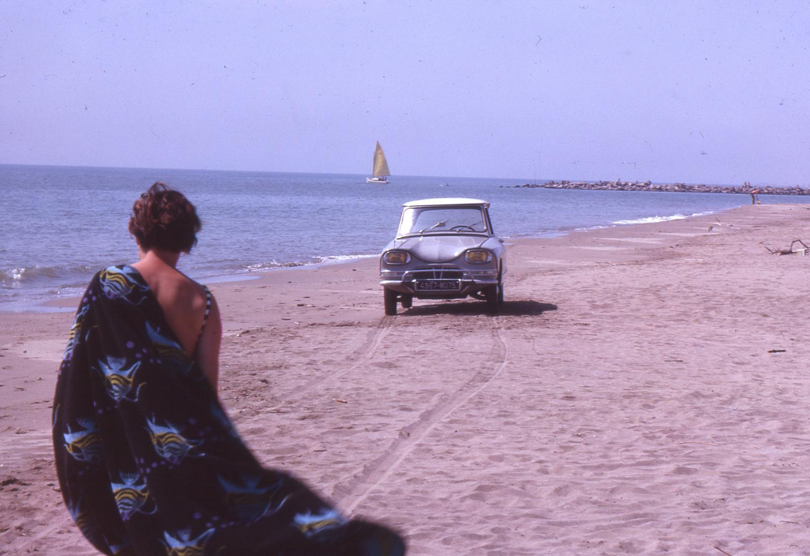 AMI 6 Berline 1964 à la plage