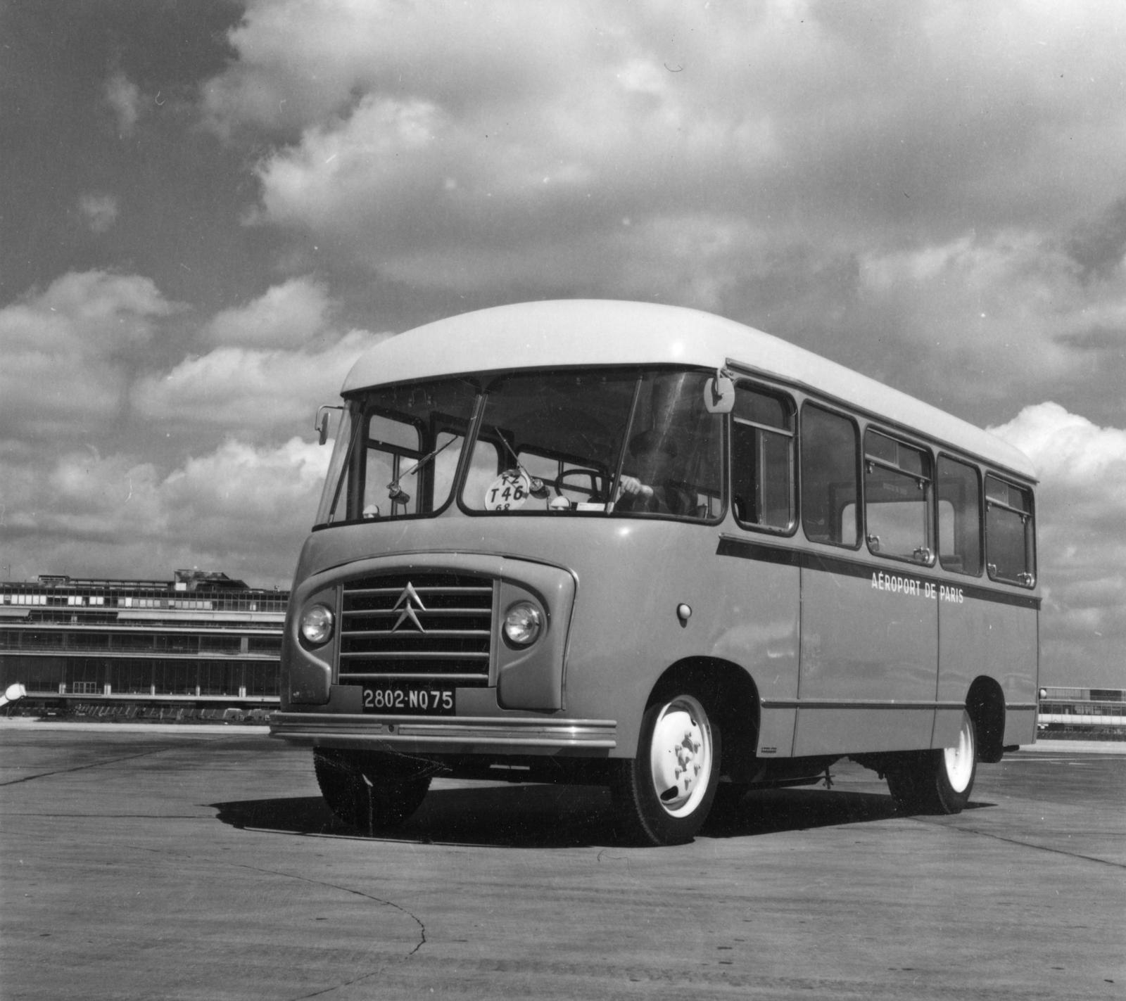 パリの飛行場内のシトロエン製バス