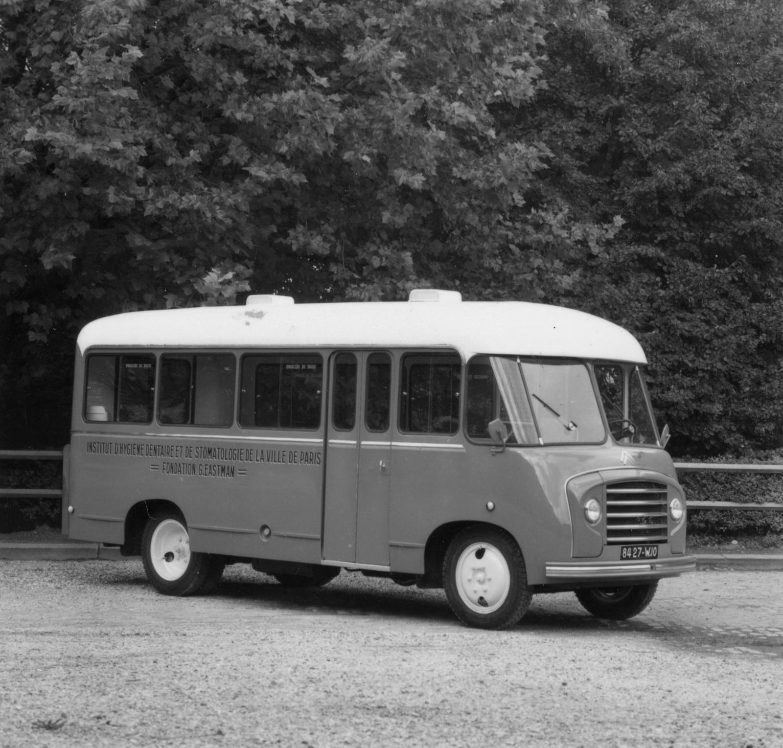 パリ市衛生局および口腔医学院用のバス