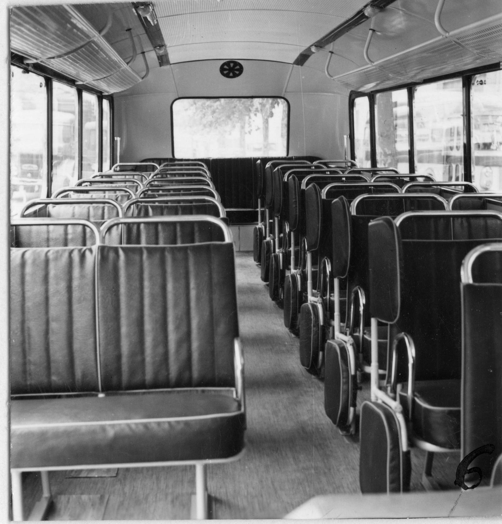 バス U23 - スクールバス内部