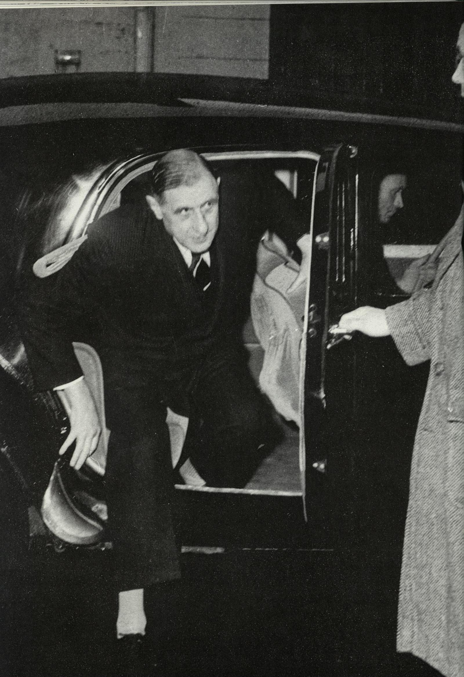 Le Président De Gaulle sortant d'une Traction Avant